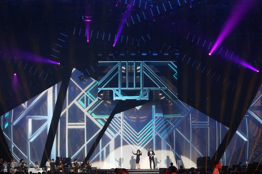 Belinda Davids Whitney Houston Show und Moderator Ingo Nommsen mit der Berlin Show Orchestra