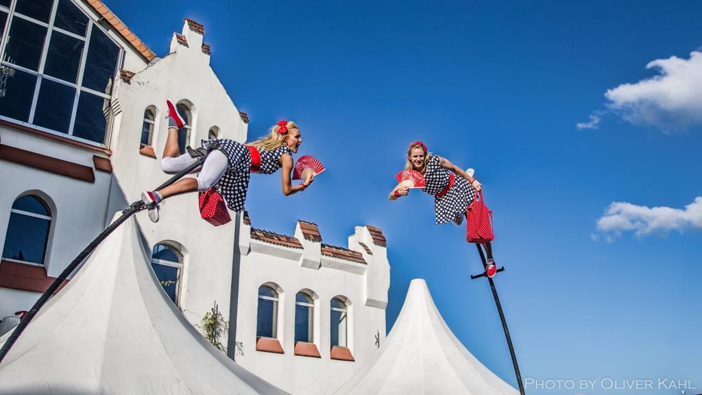 Sway Poles Akrobatik 50s Style - Live-Kommunikation ist die Werbung der Zukunft